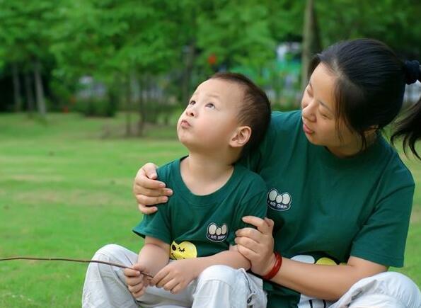 母亲和儿子在一起