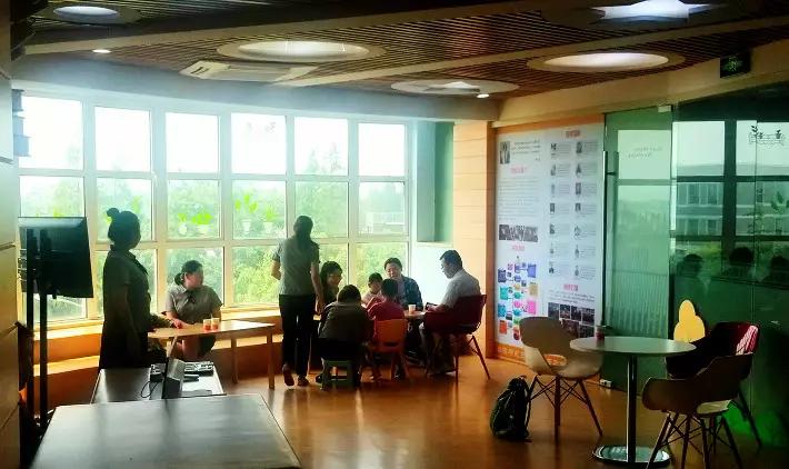 阳光语言上海校区老师接待家长